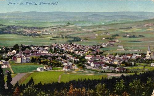 Nýrsko a v pozadí za ním Bystřice na pohlednici Josefa Seidela