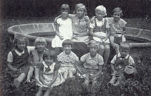 Malá Irmgard s dětmi v zámeckém parku (první řada prvá zleva)