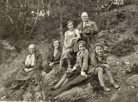 Elfriede a Irmgard Leitermannovy vpředu s členkami rodiny ředitele nýrské zemědělské školy Riedla a spisovatelem Hansem Watzlikem v květnu roku 1933 na cestě ke zřícenině hradu Pajrek