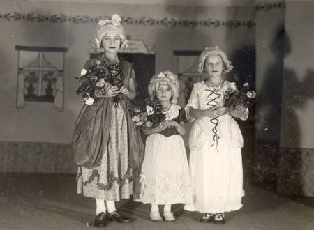 Leitermannova tři děvčátka roku 1935 v inscenaci jedné hry se zpěvy v klášterní škole v Bystřici nad Úhlavou