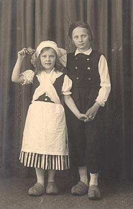 """Irmgard jako Holanďanka v dřeváčcích zpředstavení turnerského sdružení """"Eiche"""" v Nýrsku roku 1933"""