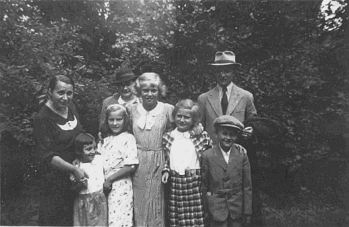 Odleva tu stojí její maminka Hedwig Leitermannová, její sestra Johanna a ona sama s českými u nich německy seučícími dětmi a rodiči dvou z nich na snímku z roku 1937