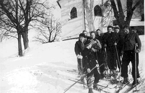 Na lyžích u kostelíka Nejsvětější Trojice někdy na přelomu válečných let 1940 a 1941