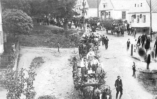 Dožínková slavnost v Bystřici nad Úhlavou na dolní části návsi v září roku 1921