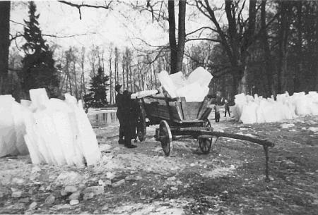 Rybník v bystřickém zámeckém parku, u kterého se někdy v roce 1937 nakládají na vůz ledové kry pro pivní sklep