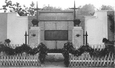 Památník padlým v první světové válce, postavený podle návrhu architekta Paula Krische, při zdi mezi bystřickou návsí a hospodářským dvorem s kovárnou