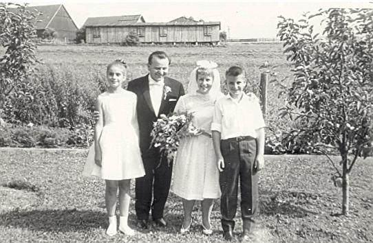 Její svatba s Josefem Duschekem (1917-2002) s konala v roce 1962 a na tomto snímku jsou vedle nevěsty zachyceny i Suzanne (*1951) a Peter (*1950) Duschekovi, děti Elisabeth Duschekové (1918-1961), roz Wolfové, dcery Karla Wolfa, jehož tchánem byl Heinrich Tschida