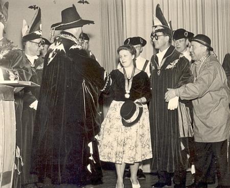 """Snímek z února 1961 ji zachycuje při udělování masopustního řádu karnevalové společnosti """"Narrengengsellschaft"""" v Sigmaringen, který jí tady za její texty předává """"masopustní princ"""" Franz von Hohenzollern"""