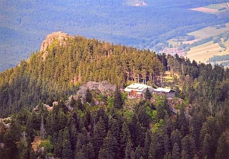 Velký a Malý Ostrý, vpravo chata na Ostrém