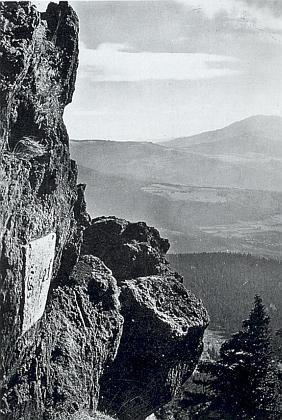 Hraniční kámen na skále na vrcholu Ostrého