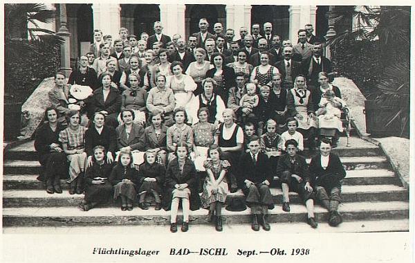 """I tento snímek patří k historii Rožmberka nad Vltavou: v uprchlickém tábože v Bad Ischlu (tehdy už po """"anšlusu"""" Rakouska se zaniklému státu říkalo """"Ostmark"""") byli přijati mnozí obyvatelé šumavského městečka, ohrožení prý na podzim roku 1938 """"českým násilím"""""""