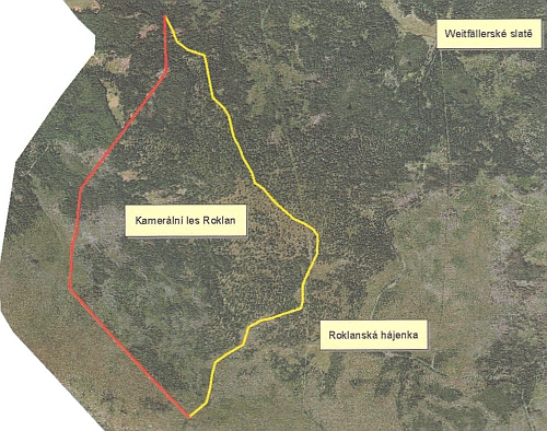 """Letecký snímek se zakreslením hranice """"kamerálního lesa"""", kde červená linie je státní hranicí s Bavorskem podle rozdělení z roku 1764, žlutá linie, zvaná na staých mapách """"kamerální"""",  je hranicí mezi """"Kamerálním lesem Roklan"""" a historickým majetkem knížecího rodu schwarzenberského"""