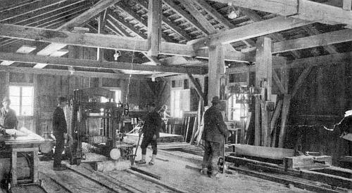 Vnitřek stožecké pily na rezonanční dřevo na snímku z dvacátých let dvacátého století