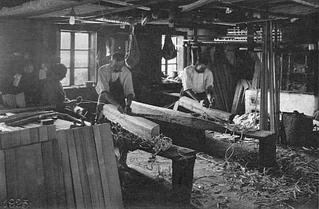 Ve schwarzenberské továrně na zpracování rezonančního dřeva ve Stožci (foto Josef Seidel)