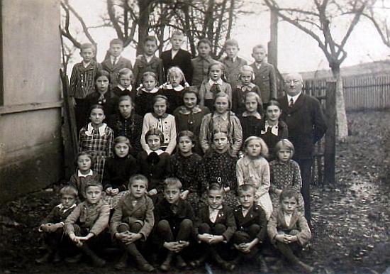 Tři snímky ze semošické školní kroniky ho zachycují ve všech případech, tj. na záběrech z let 1934-1938,     napravo stojícího pokaždé na stejném místě školní zahrady