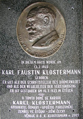 Pamětní deska, odhalená Karlu Faustinu Klostermannovi 12. února 2005 v jeho rodném Haagu spolkem, u jehož zrodu stál i Gerold Dvorak (viz i Karl Klostermann)