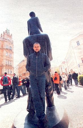 Syn Marek u Kafkova pomníku v Praze