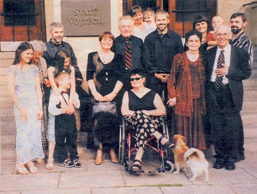 Rodina Ebenova při zlaté svatbě Petra Ebena a jeho ženy (vpředu napravo stojí oba spolu)