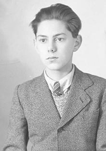"""Snímek fotoateliéru Seidel je datován 26.ledna 1944 na jméno aadresu """"Eben Petr, Obertor 108, Krumau"""", s poznámkou, že jde opodobenku do cestovního pasu"""