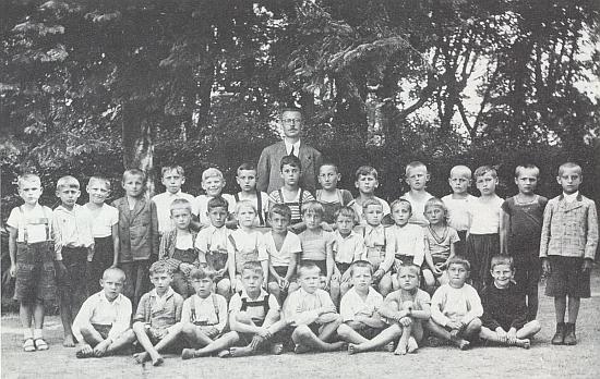 Mezi spolužáky ročníku narození 1929 stojí Petr Eben v zadní řadě uprostřed, hned před panem učitelem Rederem