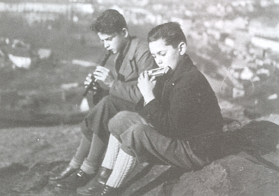 "S bratrem Petrem roku 1939 nad tehdy už ""říšským"" Krummau an der Moldau"