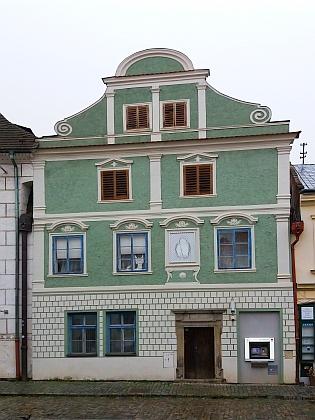 Dům v Široké ulici čp. 72, kde zemřela jeho matka, před rekonstrukcí a po ní