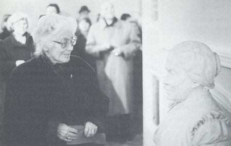 Gertrud Fusseneggerová před bystou Marie von Ebner-Eschenbachové