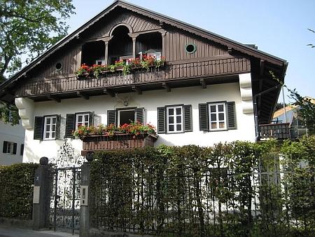 To, že je opravdu světoznámá, dosvědčuje tento anglický text ke snímku domu v rakouském Sankt Gilgen, kde žila v letech 1889-1898