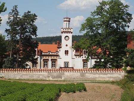 Novogotický zámek v Dubu u Prachatic na místě původního sídla rodu