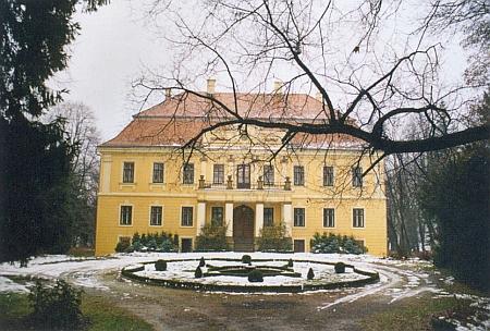 Zámek v Hošticích nedaleko Kroměříže patřil Dubským až do roku 1945 - v parku kolem se ráda procházela