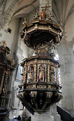 Andělé na kazatelně kostela v Eferdingu drží nástroje Kristova umučení