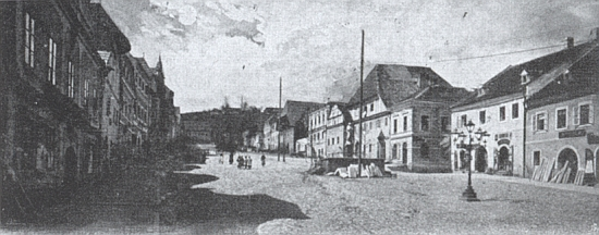 Dva snímky vimperského náměstí před osudným požárem - jeden z nich zachycuje cvičení hasičského sboru vroce 1898 a na obou je dům Ederových patrný podle vodorovného štítu