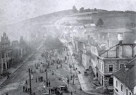 Vimperské náměstí po požáru, dům Ederových je na pravé straně pátý odzdola