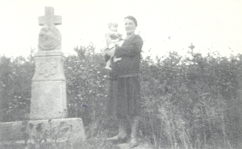 ddKříž na kopci zvaném Kreuzbühel nedaleko Žumberka pořídil její dědeček, po chalupě řečený Steffl - na snímku, který uveřejnila vkrajanském měsíčníku, je vedle kříže zachycen podle ní malý Franz Sommer v náručí své tety az kříže prý zůstal zachován jen podstavecddddd