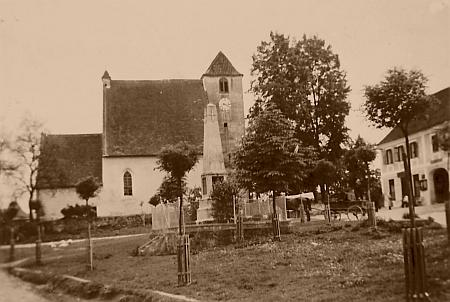 Někdejší pomník padlým z první světové války na žumberské návsi, jehož zbytky bez desek se jmény vojáků se doposud nacházejí v blízkosti místního kravína