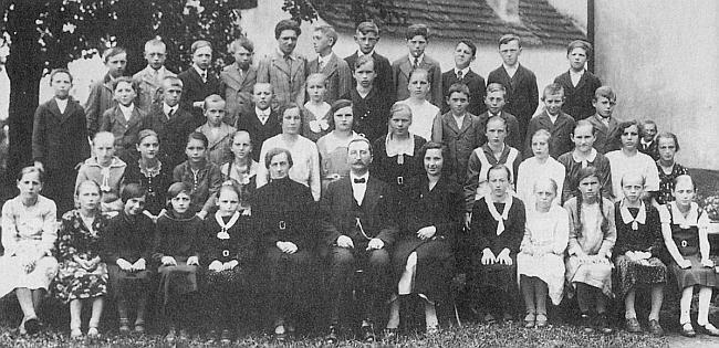 Žáci školy v Žumberku s panem řídícím Josefem Ladem