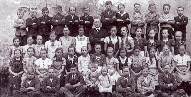 Žáci žumberské školy na snímku z roku 1938