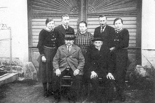 Rodina Schweighoferova z Božejova čp. 7 na snímku pořízeném kolem roku 1940 - v zadní řadě kromě obou dcer Marie a Rosi výminkářka Marie Schweighoferová, vlevo od ní její syn Hans, napravo manžel Johann Schweighofer, vpředu odleva výminkářčin otec Johann Prinz a výminkář Johann Schweighofer starší