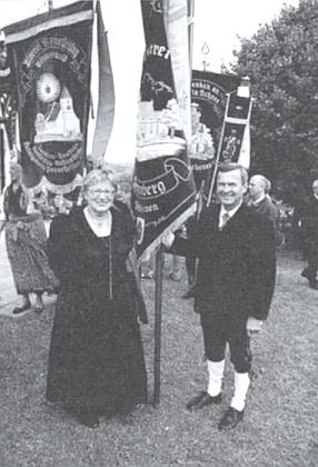 Na svátek Nanebevzetí Panny Marie v Maria Schnee am Hiltschnerberg (rakouská replika Svatého Kamene)     sesvým manželem Johannem Ederem pod farní korouhví žumberských krajanů