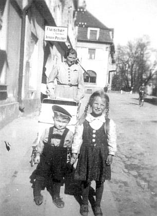 Manželka žumberského učitele Grubera sdětmi (vpředu syn Walter, kterého drží za ruku neteř paní Gruberové Marie) naprocházce vNových Hradech