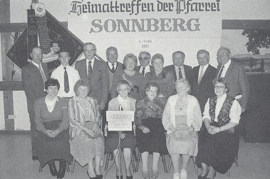Při rodáckém setkání farnosti Žumberk v roce 1991 ji vidíme sedící první zprava