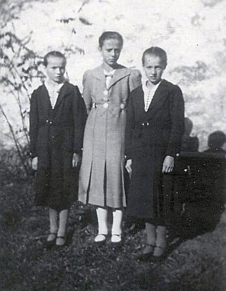 Její maminka Berta Schweighoferová, roz.Wohlschlägerová, se dvěma nejbližšími kamarádkami, dvojčaty Marií a Kathi Prinzovými