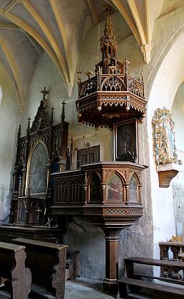 Novogotická kazatelna žumberského kostela s portréty čtyř evangelistů má netypický vyvýšený vstup ve zdi u bočního oltáře