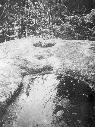 Kamenná mísa v Dalekých Popelicích (Dalleken či Daleken) v sedle Slepičích hor na další její fotografii zkrajanského měsíčníku