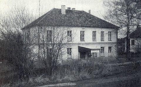 Škola v Klení na jejím snímku z roku 1990