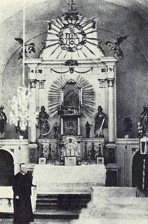 Oltář zničeného kostela v Pohoří na Šumavě na snímku z července 1919...