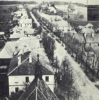 """... a hlavní """"ulice"""" vedle kostela"""