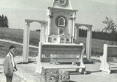 """V roce 1983 byl v sousedním Stadlbergu (měl kdysi svou českou část Stodůlecký Vrch) položen základní kámen """"Bucherser Gedenkkapelle"""", mající alespoň zčásti nahradit přístup ke kostelu v Pohoří - vedle oltáře stojí jeho stavitel Ing. Franz Priesner"""