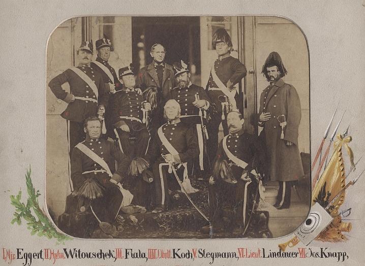 Ve sboru českobudějovických ostrostřelců je on ten s vousem napravo ze dvou sedících, snad před vchodem do své zahradní vily