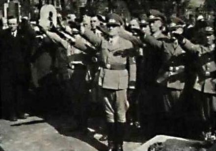 Dva snímky z jeho pohřbu zachycují mimo jiné se vztyčenou pravicí Johanna Neubauera a Hanse Westena